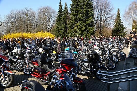 Dorazily i stovky motorkářů.