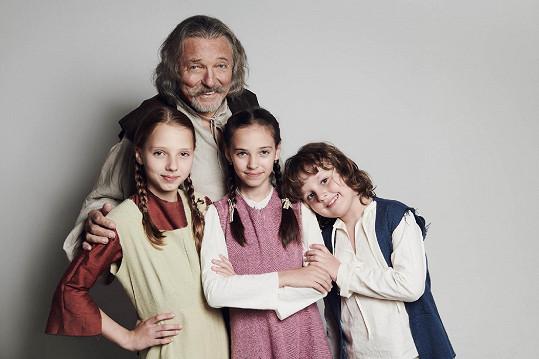 Karel Gott si s dcerami Charlottkou a Nelly zahraje v pohádce Když draka bolí hlava.