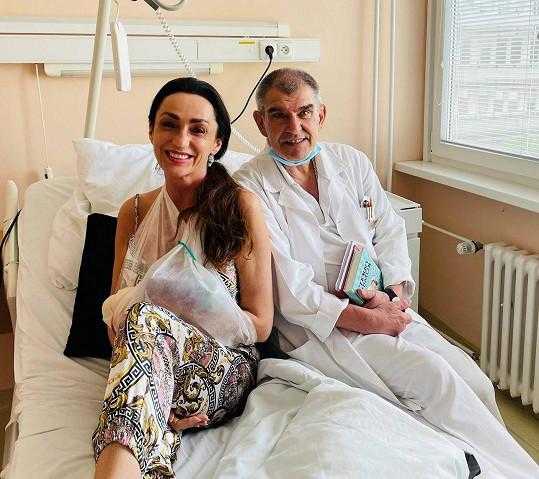 Sisa Sklovska je po operaci ruky.