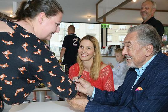 Této fanynce se Karel podepsal na ruku, dalším třeba na kabelku či mobilní telefon.