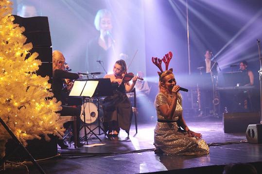 Loni fanouškům nadělila vánoiční desku, letos k němu jede turné...