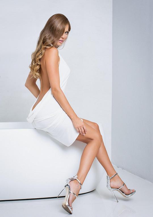 Některé šaty mají výstřih na zádech a ještě hlouběji.