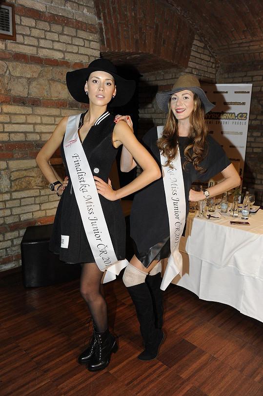 Tereza s modelkou Kateřinou Votavovou si vyzkoušely šerpy Miss Junior. Věkově už jsou ale dávno mimo kategorii.
