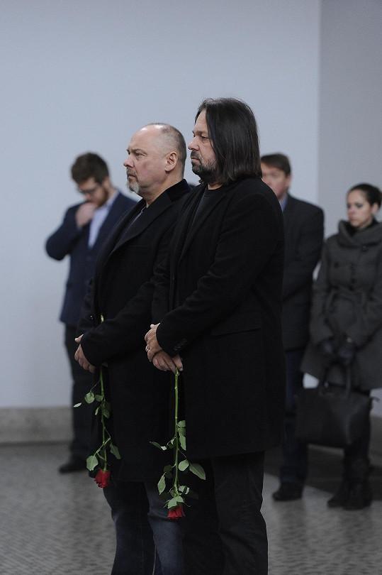 Pavel Pásek a Jiří Pomeje přinesli Krytinářovi rudou růži.
