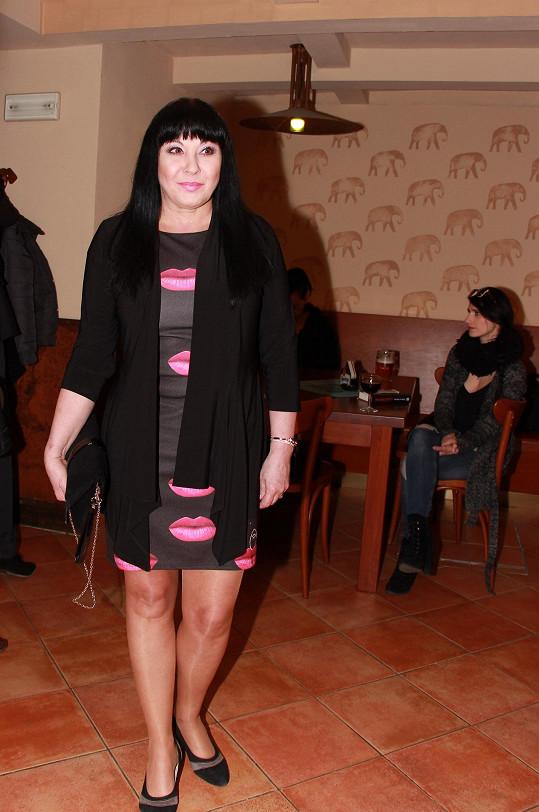 Dáda Patrasová si oblékla šaty s pusinkami.