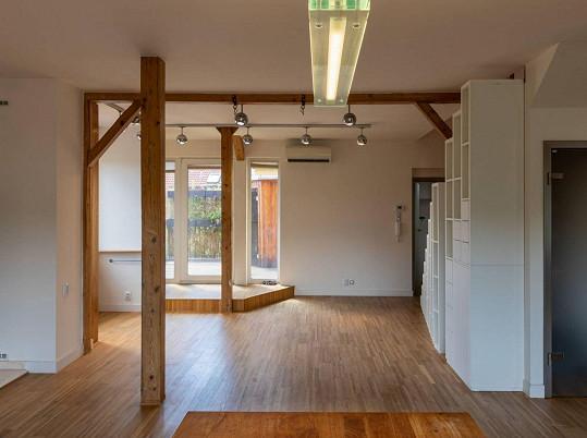 Na terase mezonetového bytu nechybí ani sauna.