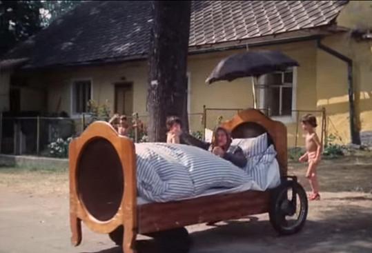 Na svatbě nebude chybět pojízdná postel. Bez babky.