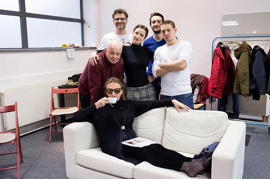 Protagonisté hry Líbánky na Jadranu s jejím autorem Patrikem Hartlem (vzadu vlevo) na první čtené zkoušce