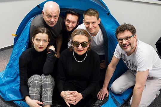 Celá sestava Líbánek na Jadranu, jež divadlo Studio DVA v premiéře uvede na Letní scéně Vyšehrad 23. 6.
