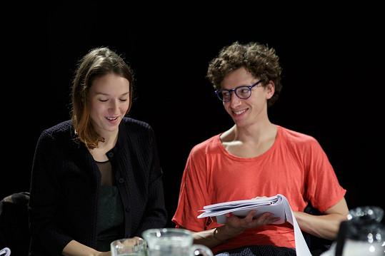 Jan Cina s Berenikou Kohoutovou na první čtené zkoušce Šíleně smutné princezny