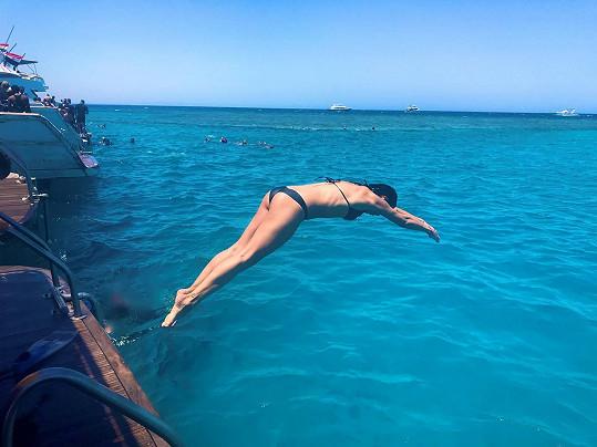Na plavání s delfíny nikdy nezapomene.