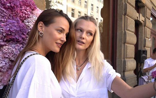 Na společenské akci se potkala s kamarádkou Zuzanou Stráskou, která se stala nedávno maminkou.