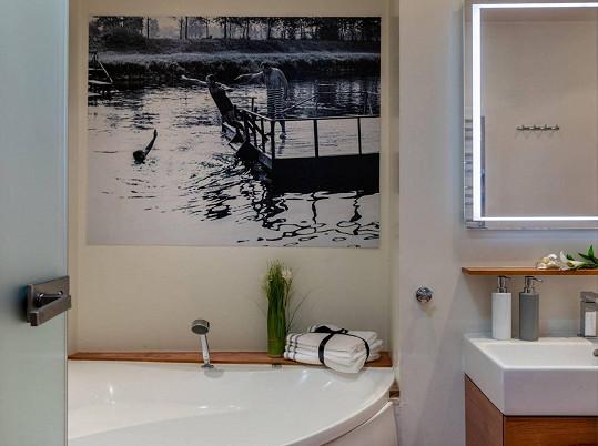 Koupelnu zdobí fotka ze slavného Menzelova filmu Rozmarné léto.