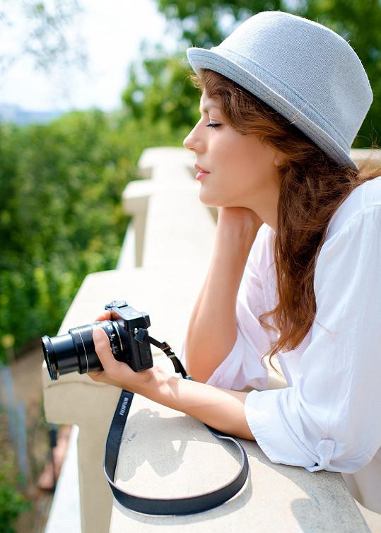 Herečka má za sebou už druhou výstavu svých fotek, a tak se nechala zvěčnit s foťákem.