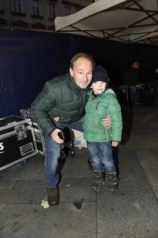 Moderátor Reportérů ČT Marek Wollner se synem Filipem