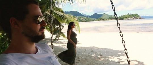 Zpěvačka v očekávání se svým manželem na dovolené v exotice