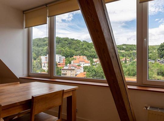 Z obývacího pokoje je díky panoramatickému oknu krásný výhled do okolí.
