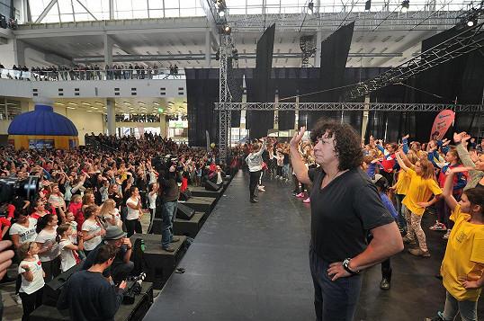 Richard představoval před davem divokou choreografii.