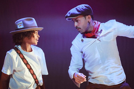 Hlavní profesí je tanečník a choreograf.