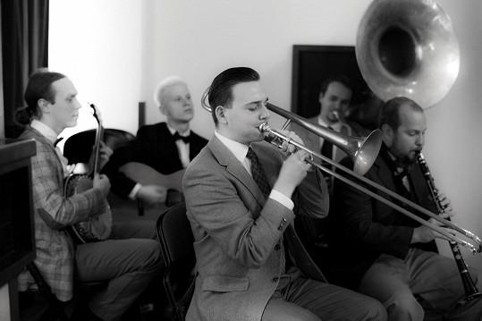 Henrietin partner Honza (úplně vpravo) během představení hraje na klarinet.