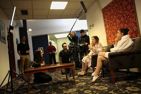 Míša na place s režisérkou Evou Toulovou, která si ve filmu také zahrála.
