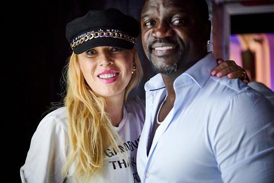 Umělec, který na fotce pózuje se slovenskou ředitelkou Fashion TV Gabikou Drobovou, má na kontě několik nominací na cenu Grammy, je zapsaný v Guinessově knize rekordů a má za sebou spolupráci s hvězdami, jako je Eminem, Michael Jakcson, Whitney Houston, Gwen Stefani, či Lady Gaga.