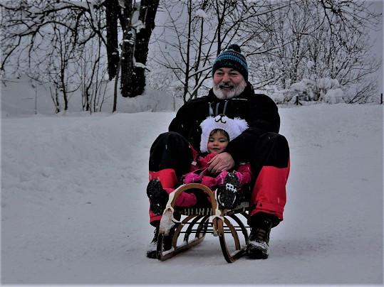 Hůlka si zimu uživá se svojí malou dcerkou.