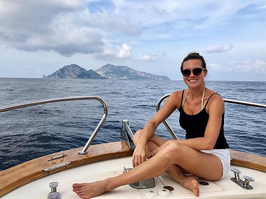 Eva si užívá dovolenou v Itálii.