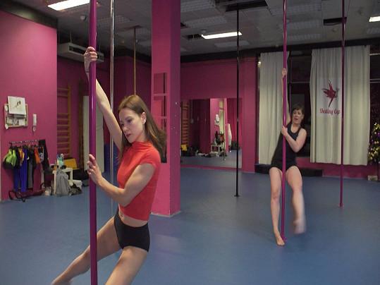 Hana Kusnjerová a Anežka Rusevová spolu trénují tanec u tyče.