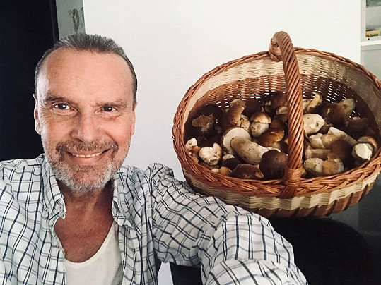 Štefan Margita poděkoval přátelům za košík plný hub.