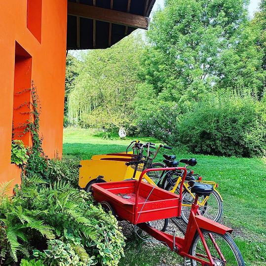 Návštěvnící si obrovský pozemek mohou projet i na kole.