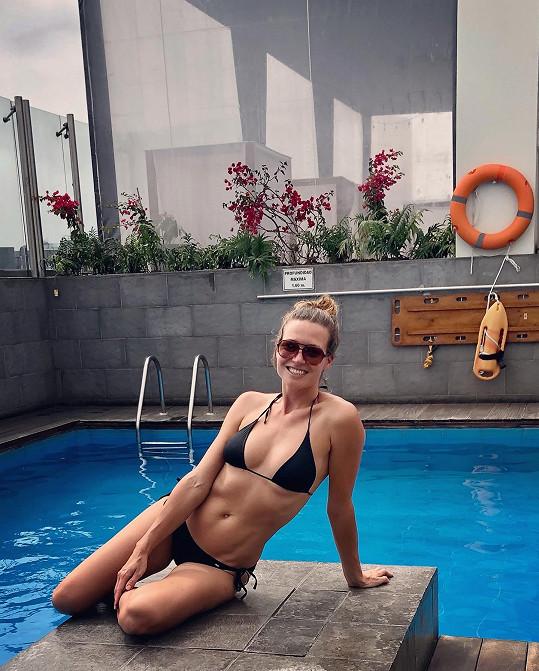 Modelka předvedla své dokonalé tělo v plavkách.