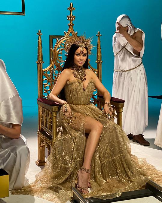 Zpěvačka natáčela videoklip a reklamní kampaň.