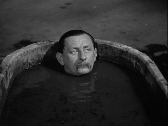 Vlasta Burian jako Kryštof Rozruch ve filmu U pokladny stál... (1939)
