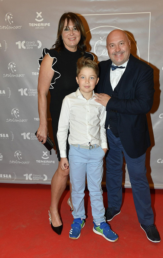 Michal David s manželkou a vnukem Sebíkem