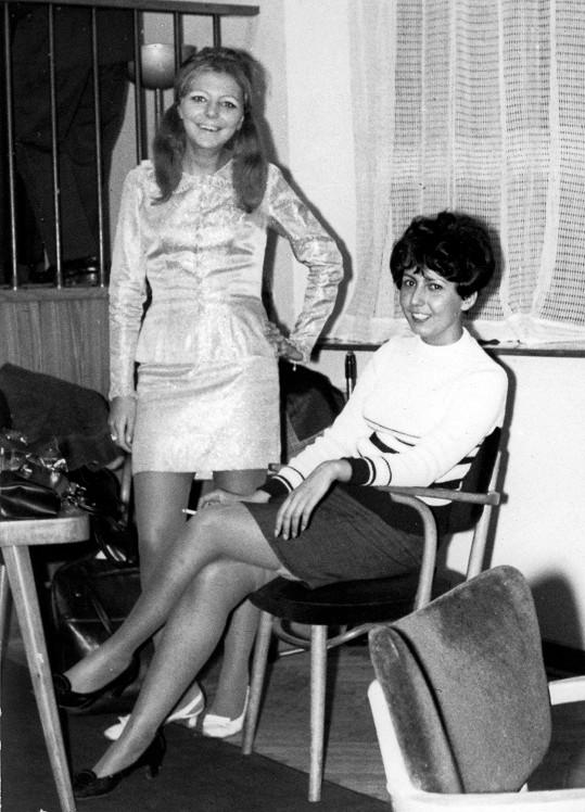 Hanka se svou starší sestrou Evelýnou v době, kdy už byla známou zpěvačkou.