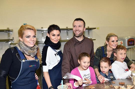 Monika Marešová se učila u cukráře Martina Pokorného společně s dalšími celebritami péct cukroví.