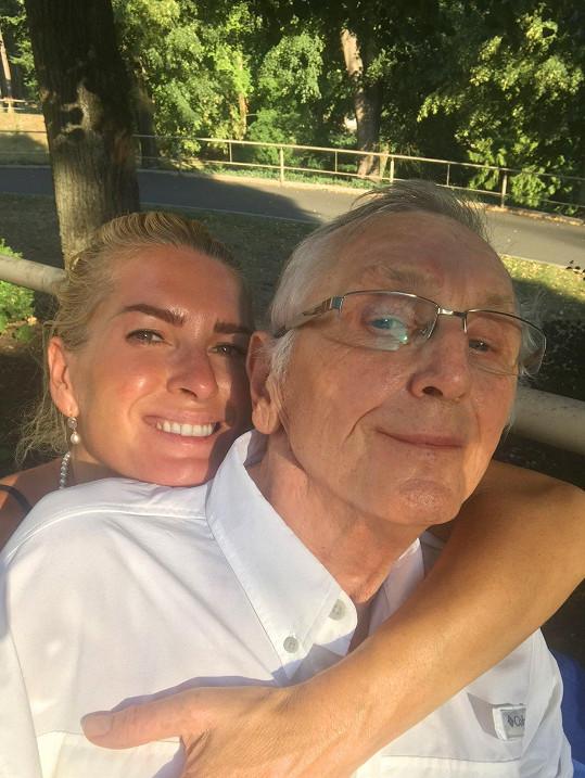 Olga dává svému muži péči a lásku.