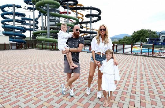 Simona s manželem a dětmi na výletě do slovenského aquaparku.