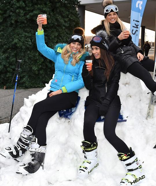 Klára si sníh ze Salcburska vyzkoušela s Katkou Průšovou a Eliškou Bučkovou už v Praze.