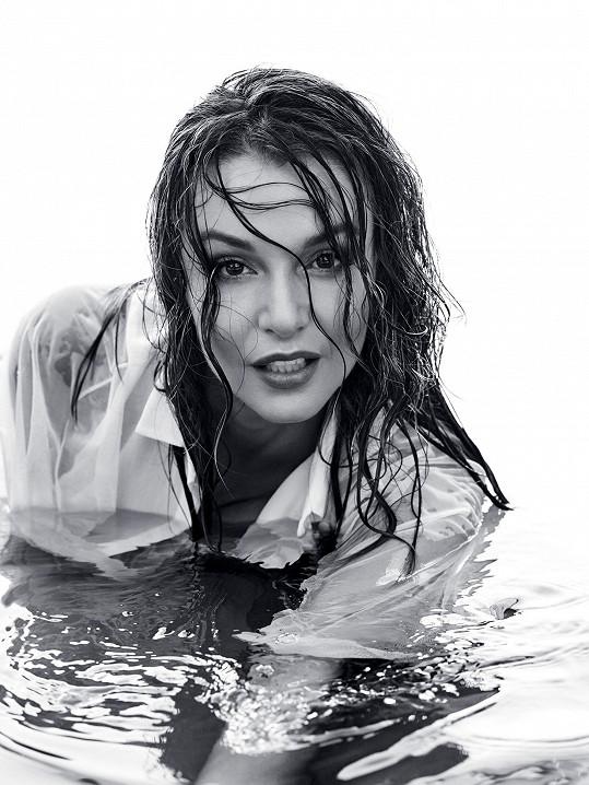 """Je k podivu, že tato """"mokrá"""" fotka vznikla ve skutečnosti v ateliéru."""