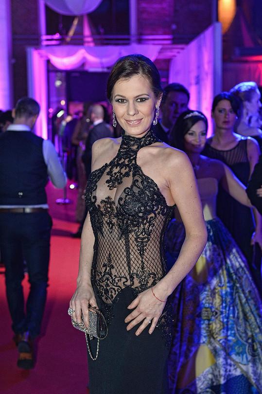 Jana Doleželová na Plese jako Brno. Stále štíhlá navzdory 5. měsíci těhotenství.