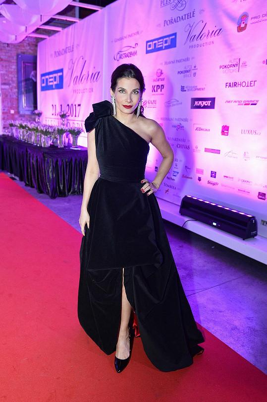 Do těžkého sametu obléklo návrhářské duo sourozenců Ponerových Evu Decastelo. Šaty s výrazným rozparkem sukně připomínají model z ateliéru Versace, kterým v roce 2012 vzbudila kontroverzní ohlasy Angelina Jolie.
