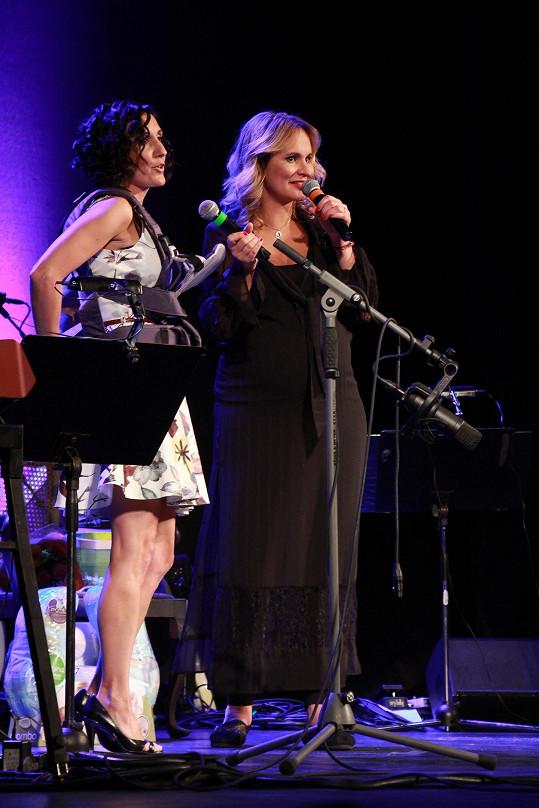 Jako hosta si pozvala Radku Fišarovou, která ji v divadle Studio DVA střídá v roli Evity.