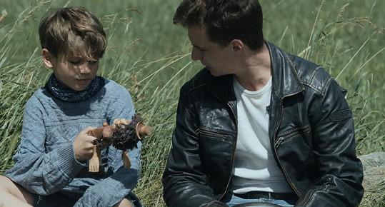 V thrilleru si zahrál také Oskar Hes (22), syn zesnulého tanečníka Richarda Hese (†50).