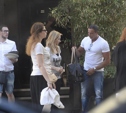 Většina návštěvníků se zde snaží oslňovat poslední módou. Lara Fabian si ale klidně vyšla bez líčení.