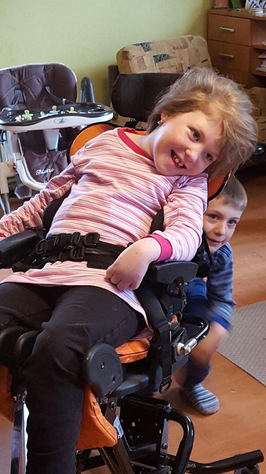 Karolínka je navždy odkázaná na péči druhých. I Díky Dominice se jí zlepší kvalita života absolvováním nákladné operace.