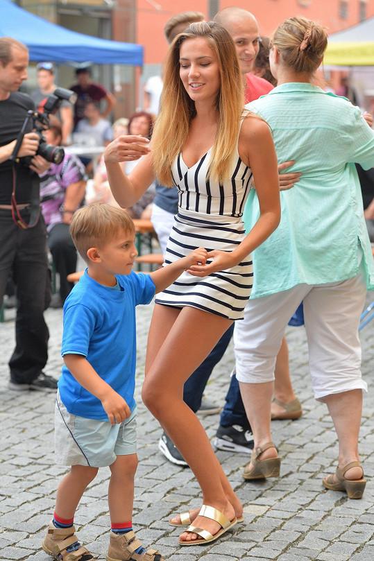 Andrea Bezděková vypadá krásně i při tanci.