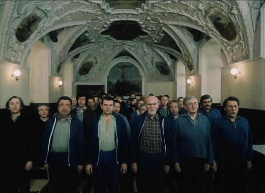 Film Dobří holubi se vracejí je koncertem celé řady známých hereckých osobností. Vladimír Menší je třetí zleva.