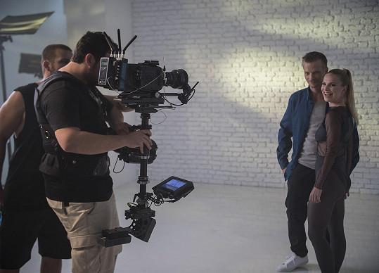 V klipu k písni Paralelní světy si zahrál i Matěj Hádek.